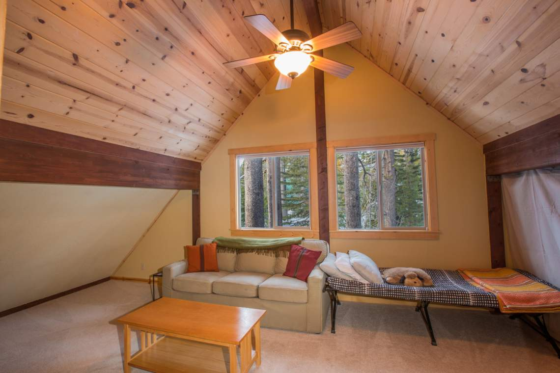 Donner-Summit-Rentals_upstairs-room_web